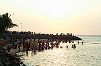 Crowds bathing in the sea in the evening in Cochin, Kerala (thumbnail)