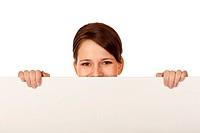 glückliche Frau versteckt hinter Werbetafel