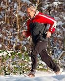 Senior beim joggen im Schnee