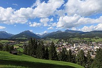 Austria, Salzburg, Lungau, Tamsweg, View of mountains with village