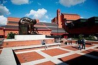 UK, London, St Pancras, Statue of Isaac Newton in front of British Library