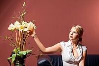 Frau und Trockenblume
