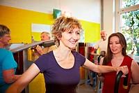 Gruppe macht Zirkeltraining im Fitnesscenter