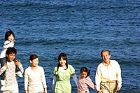 Multi_generational family at the beach