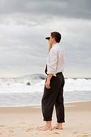 Geschäftsmann sieht durch Fernglas