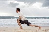 Mann macht Fitnesstraining am Strand