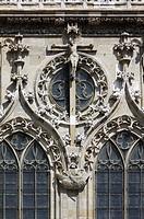Westfassade, Detail Kreuzigung, darunter Petrus im Schifflein
