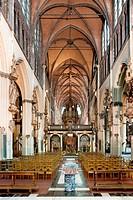 Liebfrauenkirche Brügge, Innenraum. Mittelschiff. Blick zum barocken Lettner und Orgel. Liebfrauenkirche Onze_Lieve_Vrouwekerk ist der Name einer goti...