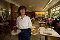 Waitress serving lunch, Waitress serving Bierbrause and Backfisch in the Daniel Wischer Restaurant, the oldest fish restaurant of Hamburg, Hamburg, Ge...