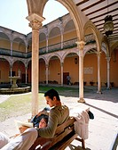 Couple in the courtyard of Escuela de Artes art school in Casa de las Torres, Úbeda, Andalusia, Spain