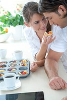 couple eating fruit tartles
