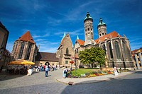 Naumburg cathedral with tourists, Germany, Saxony_Anhalt, Naumburg