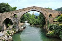 Spain, Asturias, Cangas de Onis, Hump-backed ´Roman Bridge´ on the Sella River  The so called ´Roman Bridge´ actually dates back fom the Middle Ages.