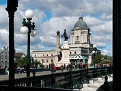 Dufferin Terrace is a gazebo located in the Upper Town of Québec adjoining the Chateau Frontenac at the foot of the Citadel. Québec city. Statue of Am...