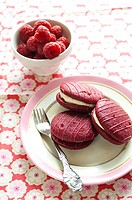 Whoopie pies with raspberries