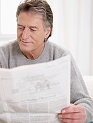 Germany, Hamburg, Senior man reading newspaper (thumbnail)