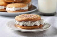 A snickerdoodle whoopie pie on a plate