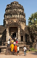 Visitors at the Western entrance gate, West Gopura, of the Angkor Wat temple complex, Angkor, Siem Reap, Cambodia