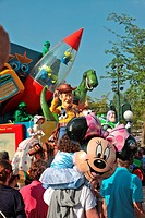 PARADE AT THE AMUSEMENT PARK DISNEYLAND PARIS EURODISNEY, MARNE_LA_VALLEE, SEINE_ET_MARNE 77, ILE_DE_FRANCE, FRANCE
