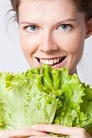 donna, foglie di insalata