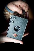 Manos mostrando camara antigua Agfa, Hands showing old Agfa camera,