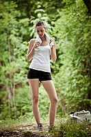 ragazza che si allena in un bosco