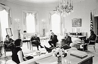 The President of the United States Lyndon Johnson talking to theeditors of some of the United States´ most important newspapersinside the White House ...