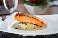 Grilled salmon with wakame sauce