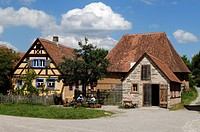 Haeckerhaus building, 1706, left, wheelwright´s workshop, 1887, right, barn in the rear, 1590, all from Ergersheim, in front two basket weavers, Franc...