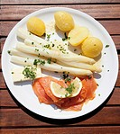 Asparagus with Hollandaise sauce, smoked salmon and boiled potatoes