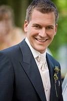 Lachender Bräutigam auf einer Hochzeit