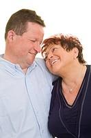 Frau lehnt ihren Kopf lächelnd an die Schulter ihres Mannes