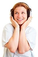 Krankenschwester hört lachend Musik über Kopfhörer