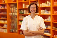 Portrait einer lachenden Apothekerin in einer Apotheke