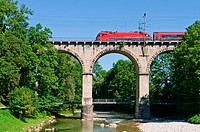Österreichischer Railjet_Zug auf dem so genannten Viadukt bei Traunstein in Bayern / Austrian railjet train on the so called viadukt an Traunstein in ...