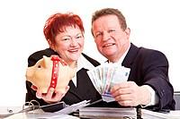 Zwei lachende Senioren bieten Geld und Sparschwein an