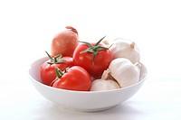 Knoblauch, Tomaten und eine Zwiebel