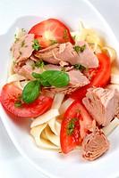 Thunfisch mit Bandnudeln und Tomaten in einer Schale