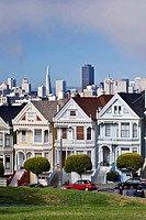 USA, California, San Fracisco, Alamo Square, Painted Ladies with San Francisco Skyline in the Background