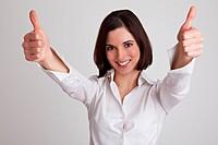 Jubelnde Geschäftsfrau hält beide Daumen nach oben