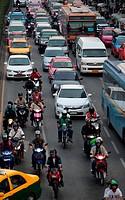 Der Strassenverkehr im Zentrum von Bangkok der Hauptstadt von Thailand in Suedostasien.