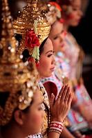 Ein Traditioneller Tanz im Erewan Schrein in der Th Phra Ram 1 Road beim Siam Square in Bangkok der Hauptstadt von Thailand in Suedostasien.