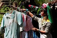 Eine Traditionell gekleidete Langhals Frau eines Paudang Stammes aus Burma lebt in einem Dorf noerdlich von Chiang Mai in Nord Thailand.