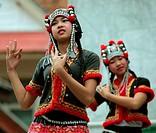 Traditionelle Taenzerinnen tanzen beim Wat Phra That Doi Suthep Tempel in Chiang Mai im Norden von Thailand.
