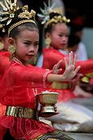 Traditionelle Taenzerinnen tanzen in einem Park in Chiang Mai im Norden von Thailand