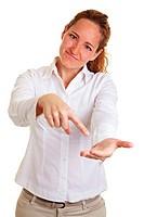 Frau hält Hand auf und zeigt mit Zeigefinger darauf