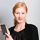 Junge, lächelnde Frau präsentiert ihr Smartphone _ quadratisch Young, smiling woman presented their smartphone _ square