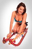 Bikinischönheit auf einem Rennrodel