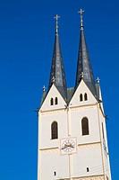 Kirchturm mit blauem Himmel in Bayern