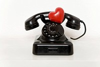 Heart on old-fashioned telephone (thumbnail)